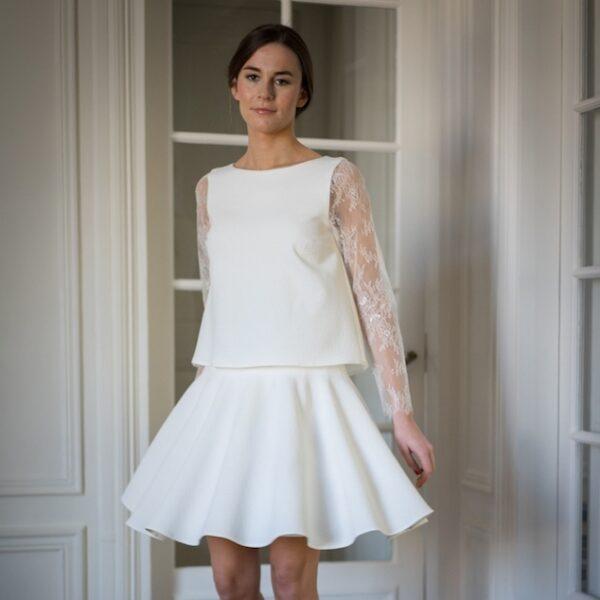 23a092cd614 Atelier Camille - Robe courte blanche Balthazar. Robe de mariée manches  longues dentelle et jupe